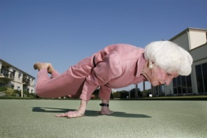 An-inspirational-picture-of-an-old-lady-doing-a-handstand-proving-that-youre-never-too-old-to-be-fit